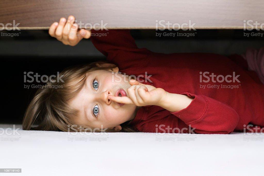 Verstecken unter einem Bett – Foto
