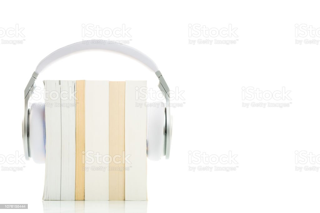 Fones de ouvido Hi-Fi de oi-end ao longo de vários livros sobre branco - foto de acervo