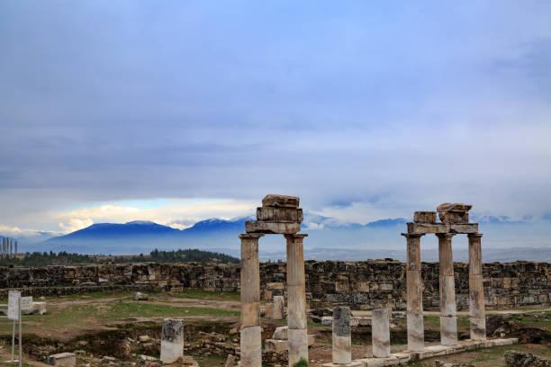 hierapolis spalten mit bergen hintergrund - enge kleider stock-fotos und bilder