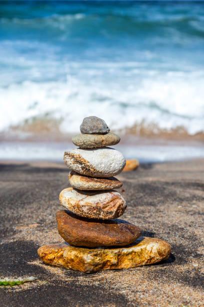 hierarchie und gleichgewicht - pyramide sammlung stock-fotos und bilder