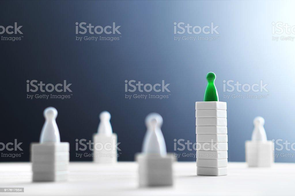 Concepto de jerarquía, poder, gestión y liderazgo. Ser único y el mejor. Dominio, Victoria y ganadora reto. Vencer a competidores. - foto de stock