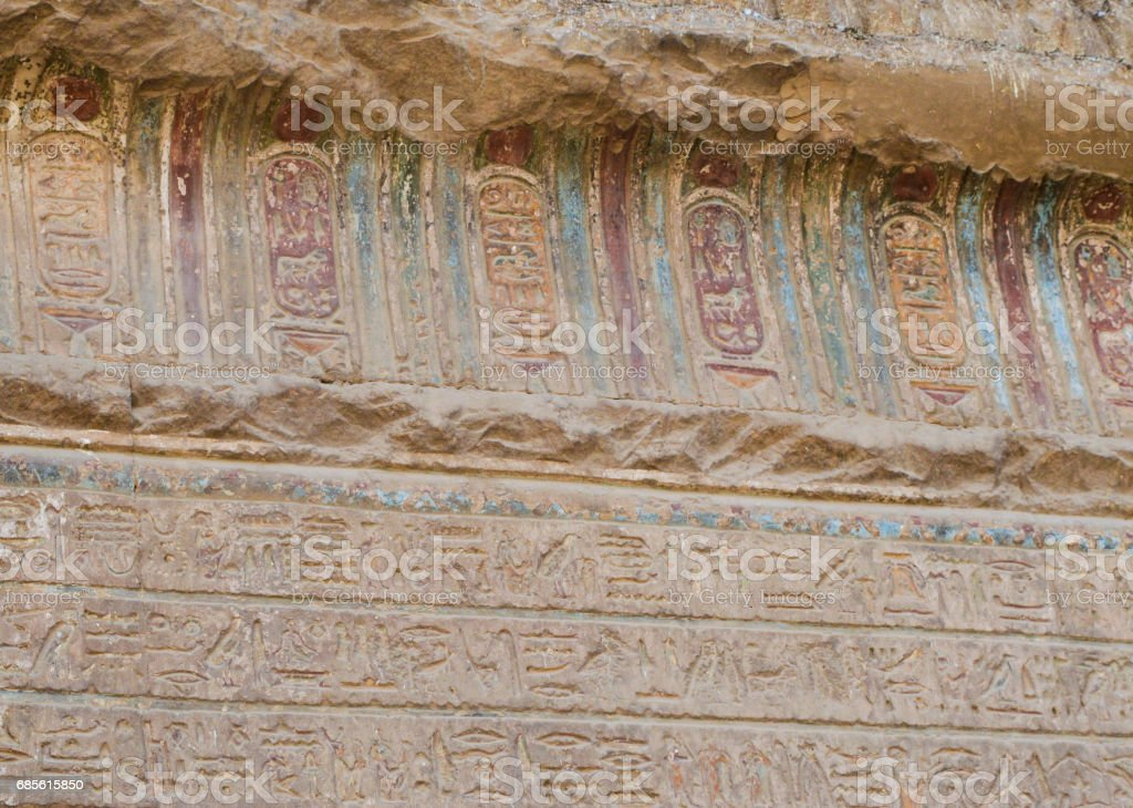 Hieroglyphic carvings on an ancient egyptian temple wall royalty-free 스톡 사진