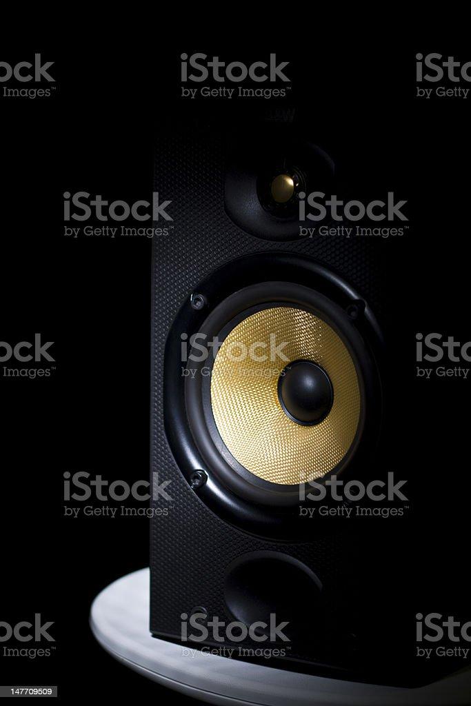 Alto-falante estéreo Hi-Fi em banco - foto de acervo