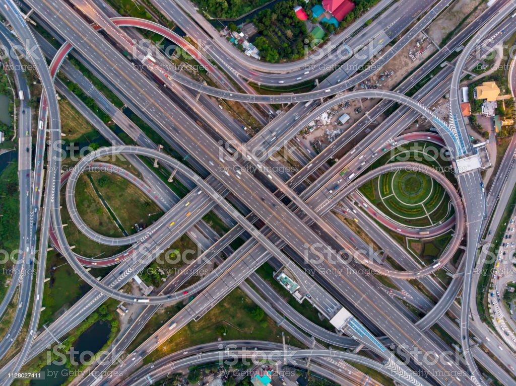 Hohen Winkel suchen Top-down Ansicht erschweren Straße und Autobahn Kreuzung in Bangkok Stadt von Thailand. Schuss von Drohne können für den Transport oder abstrakter Begriff. - Lizenzfrei Bangkok Stock-Foto
