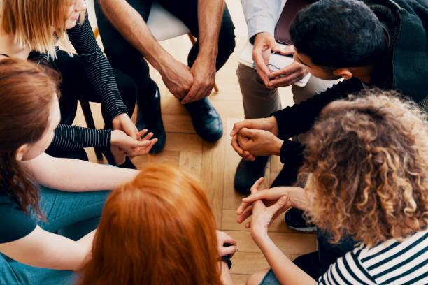 一群青少年在群體治療欺負受害者時的高角度 - prayer 個照片及圖片檔