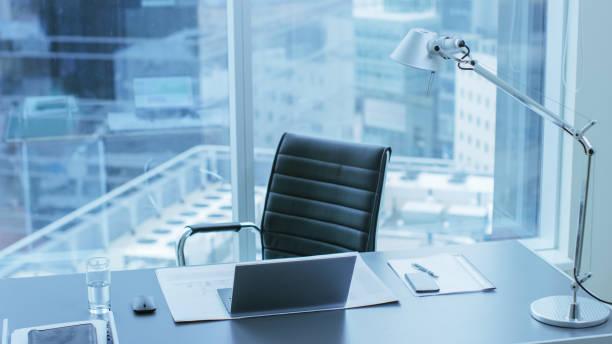 High Angle Shot einer funktionsfähigen Schreibtisch einer erfolgreichen Person im Büro mit Stadtbild Fensteransicht. – Foto
