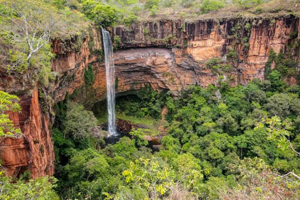 Hochwinkelaufnahme des schönen Brautschleiers, des Wasserfalls von Véu da Noiva, Chapada dos Guimarées – Foto