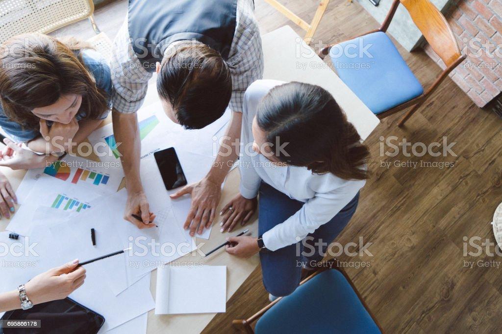 高角度拍攝的新企業家開會,啟動圖像檔