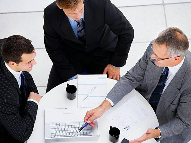 Vue d'un angle élevé de gens d'affaires travaillant ensemble - Photo