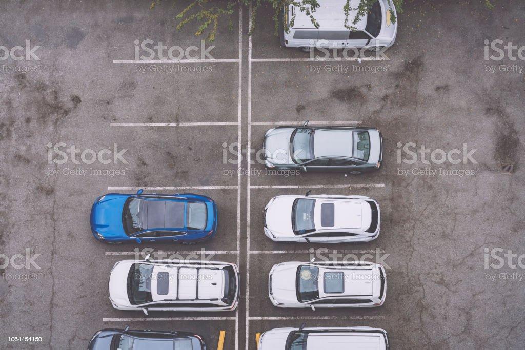 erhöhte Ansicht des Autos am Parkplatz geparkt – Foto