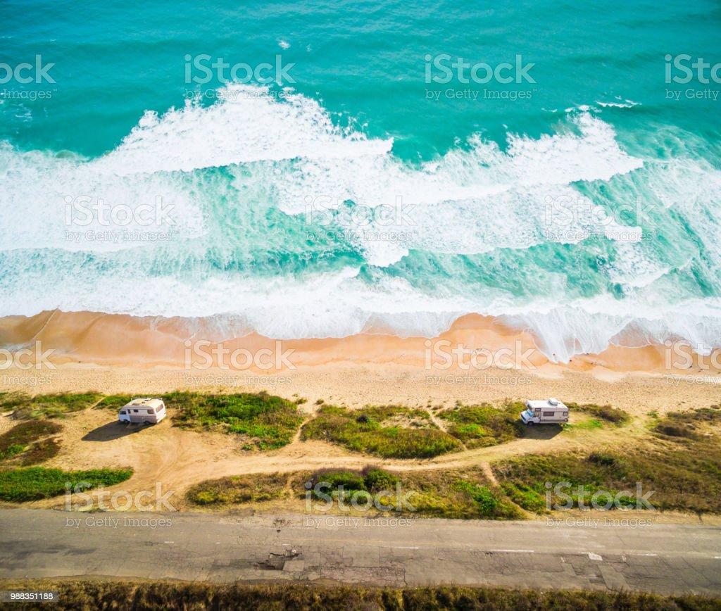 Erhöhte Ansicht paar stehen am Strand – Foto