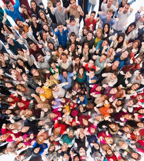erhöhte ansicht der menschenmenge daumen nach oben zeigen. - große personengruppe stock-fotos und bilder