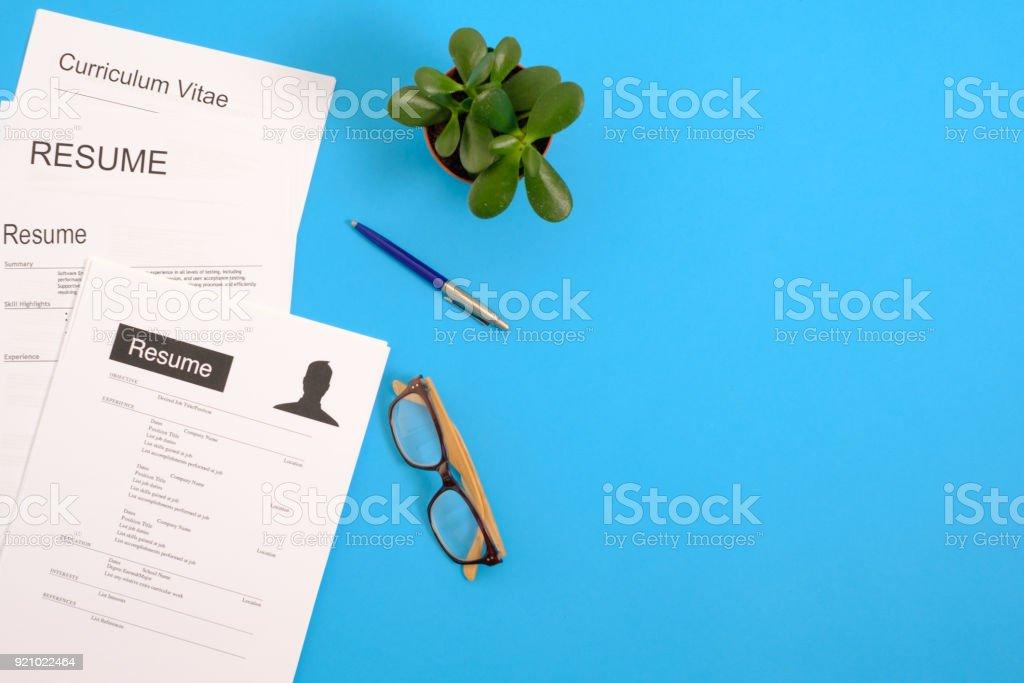 Erhöhte Ansicht von Curriculum Vitae auf blauen desktop – Foto
