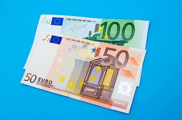 Hohe Winkelansicht der fünfzig und Hundert euro-Banknoten – Foto