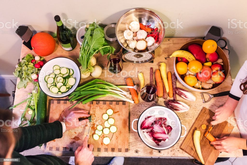 Erhöhte Ansicht Freunde bereiten Speisen zum Abendessen – Foto