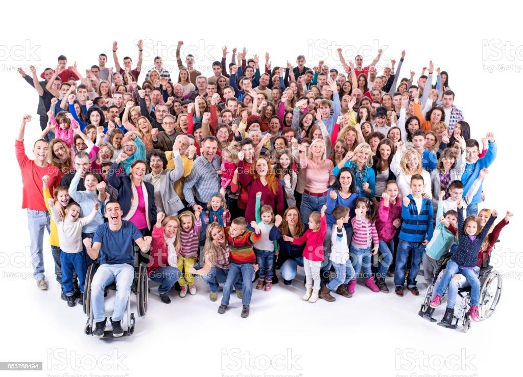 Erhöhte Ansicht der großen Gruppe von fröhlichen Menschen mit erhobenen Armen. – Foto