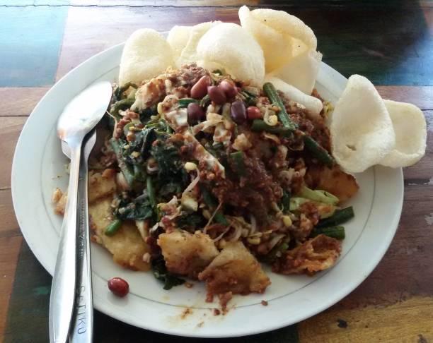 sudut pandang tinggi lotek khas makanan indonesia - lotek potret stok, foto, & gambar bebas royalti