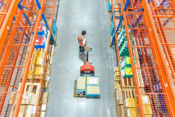 hoge hoek weergave van mannelijke magazijnmedewerker. - warehouse worker stockfoto's en -beelden