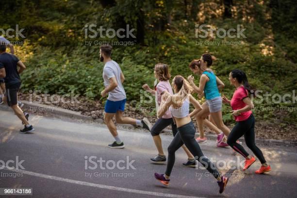 Erhöhte Ansicht Der Marathonläufer Bei Rennen Auf Asphaltstraße Stockfoto und mehr Bilder von Aktiver Lebensstil