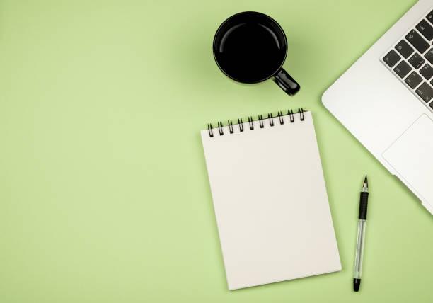erhöhte ansicht von farbigen schreibtisch mit textfreiraum. tisch mit laptop und zubehör. ansicht von oben. flach zu legen. freiberufler oder student schreibtisch - pastellstifte stock-fotos und bilder
