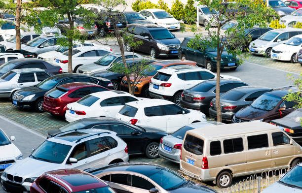 vista de alto ângulo de carros estacionados - parking - fotografias e filmes do acervo