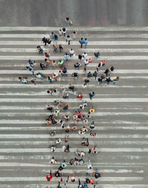 Hohen Winkel Ansicht des Menschen bilden und Pfeil auf der Straße – Foto