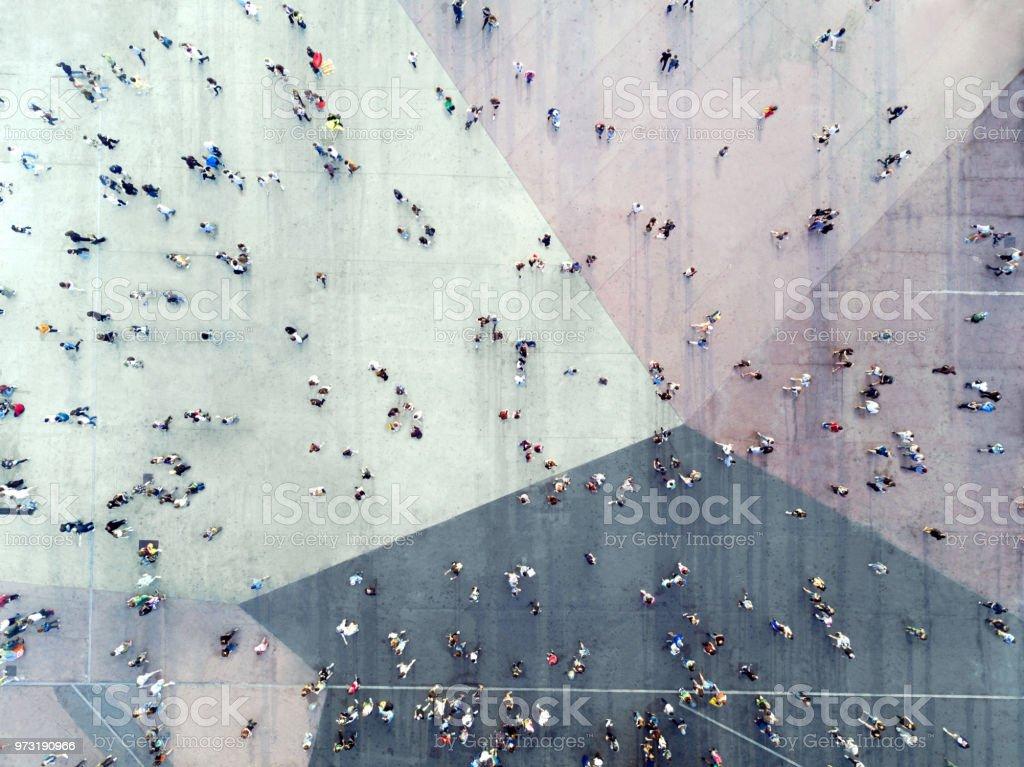 Vue grand Angle des gens sur la rue - Photo de 2018 libre de droits