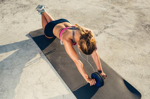 Egzersiz Fitness Mat Abs Rulo Yaparak Kulaklık Sporcumuz Yüksek Açılı Görünüş Stok Fotoğraflar & Aktif Hayat Tarzı'nin Daha Fazla Resimleri
