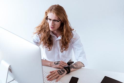 사무실에서 컴퓨터를 보고 곱슬 머리로 세련 된 문신된 사업가의 높은 각도 보기 경영자에 대한 스톡 사진 및 기타 이미지