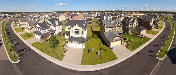 paar vorstädtischen häusern. ansicht von oben. - vorgarten landschaftsbau stock-fotos und bilder