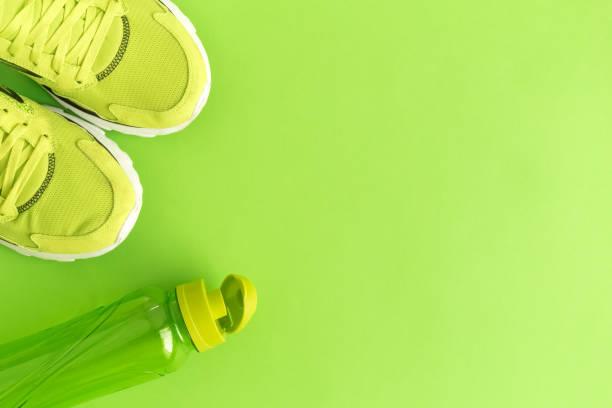 vista de ángulo alto de formadores y botella - aeróbic fotografías e imágenes de stock