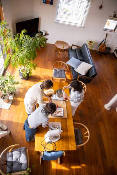 自宅で自家製ソーセージを準備する女性の高角度ビュー - sustainability ストックフォトと画像