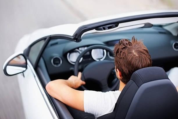 erhöhte ansicht von einer jungen männlichen auto cabrio in - 1m coupe stock-fotos und bilder