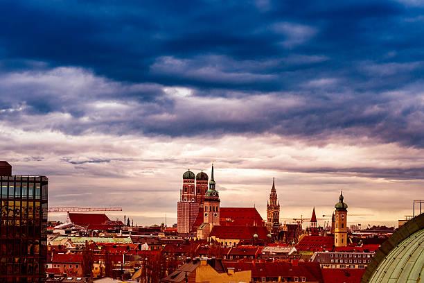 high angle view over munich - münchner frauenkirche stock-fotos und bilder