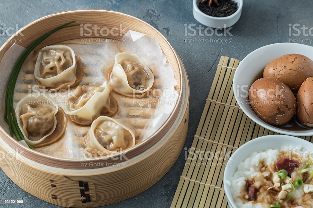 High angled view of cooked dumplings inside bamboo steamer with Lizenzfreies stock-foto