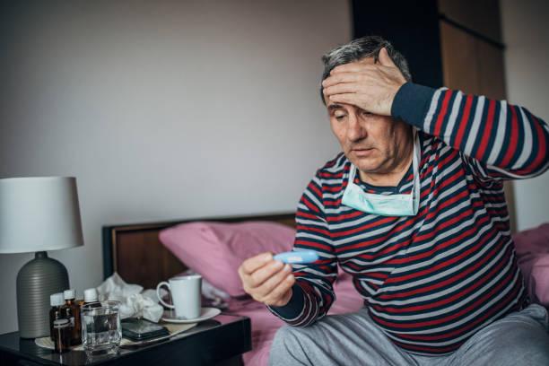 alta temperatura corporal, hombre estresado - síntoma fotografías e imágenes de stock