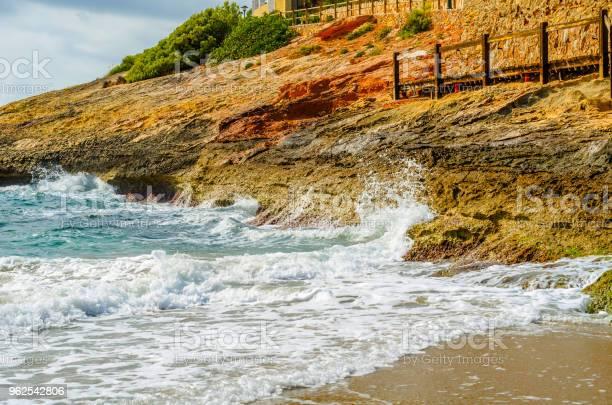 Foto de Precipício Alto Acima Do Mar Fundo Do Mar De Verão Muitos Salpicos Ondas E Pedra e mais fotos de stock de Arrebentação