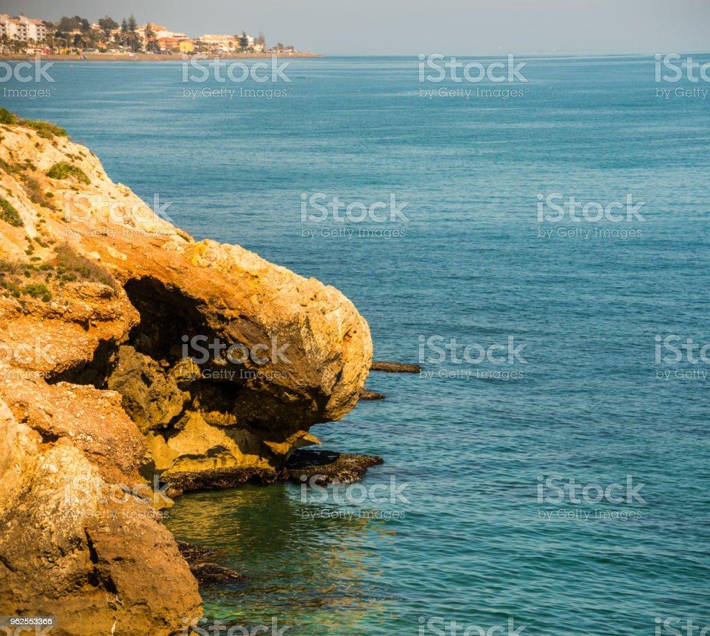 precipício alto acima do mar, fundo do mar de verão, muitos salpicos ondas e pedra - Foto de stock de Arrebentação royalty-free