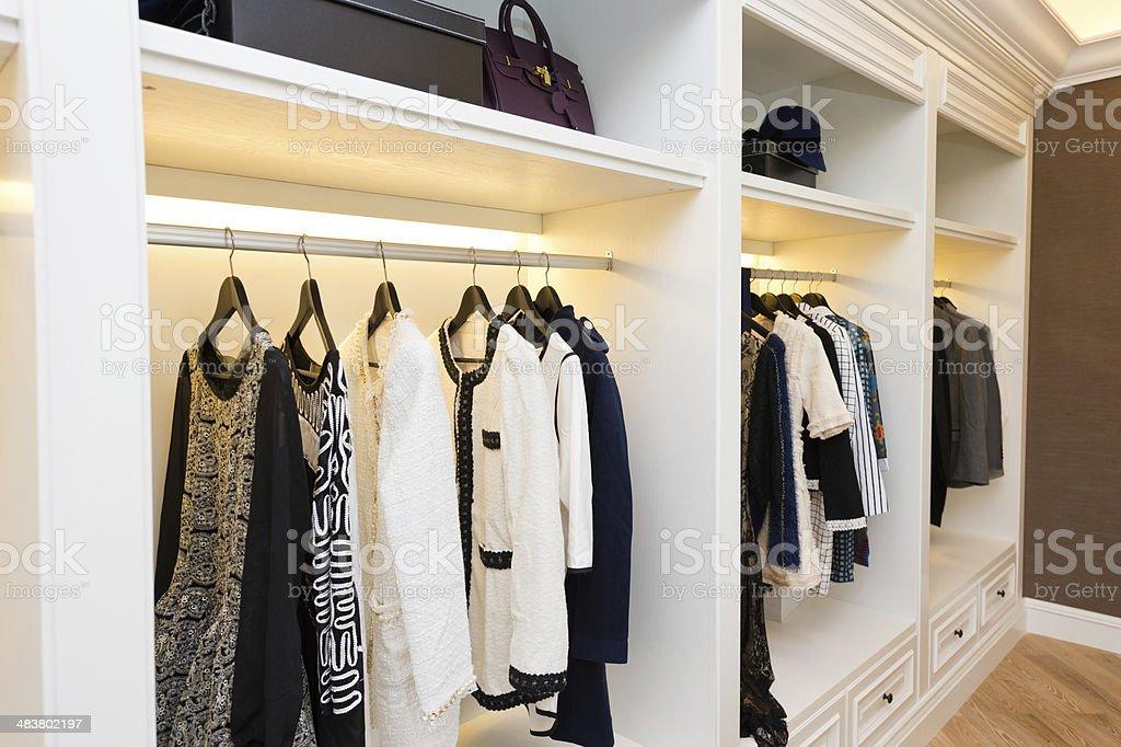 Colgar ropa de alta calidad en un vestidor - foto de stock