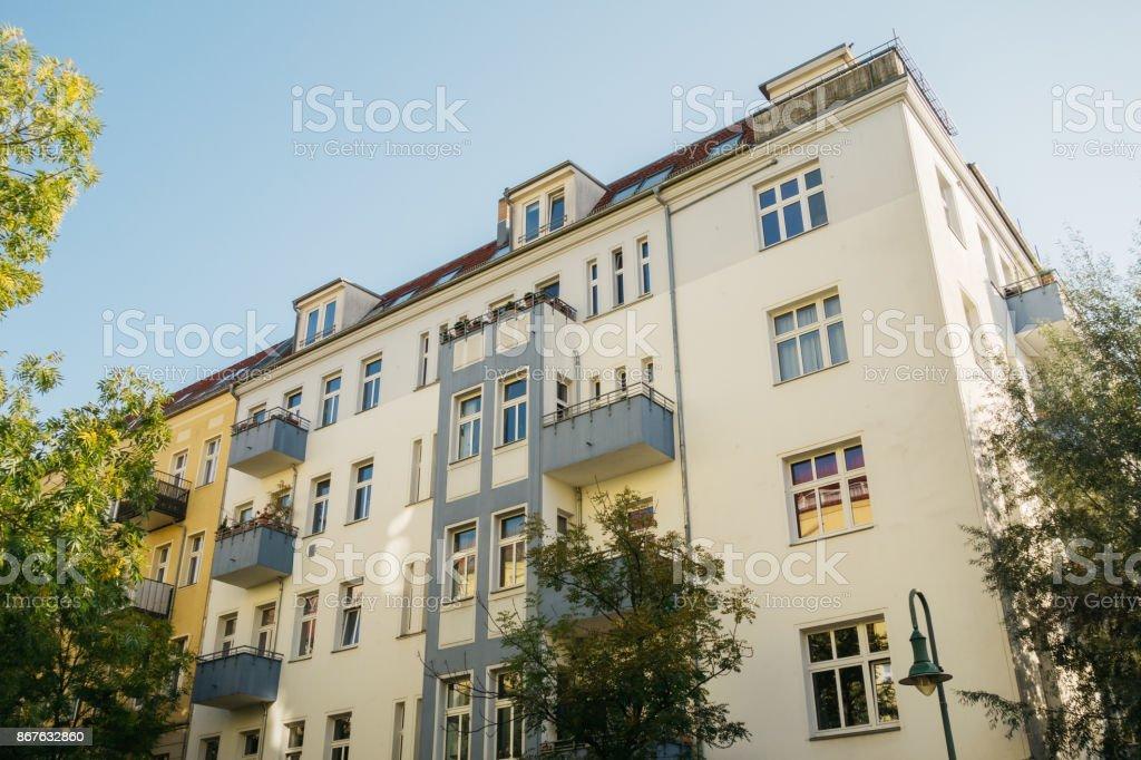 High-End Immobilien Bild des Gebäudes mit sauberen Farben textfreiraum in den Himmel und grünen Bäumen – Foto