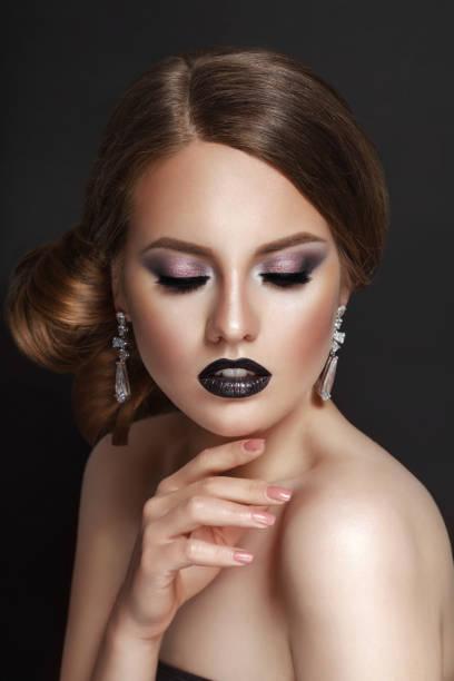 high fashion beauty model mädchen mit gesammelten brünette haare schwarzes korsett und spitzen halskette - haarverlängerungsstile stock-fotos und bilder