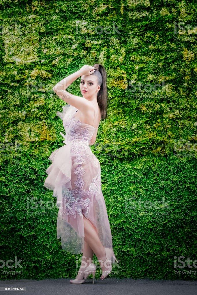 Foto De Modelo De Alta Moda Com Vestido Longo De Tule E Rabo
