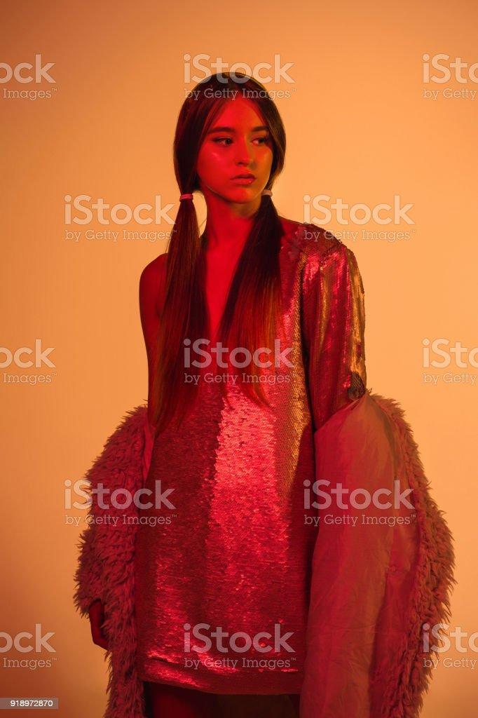 Alta moda modelo mulher em luzes brilhantes coloridas posando, retrato de uma menina bonita com maquiagem na moda - foto de acervo