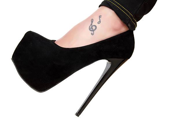 stöckel und tätowierungen - musiknoten tattoos stock-fotos und bilder