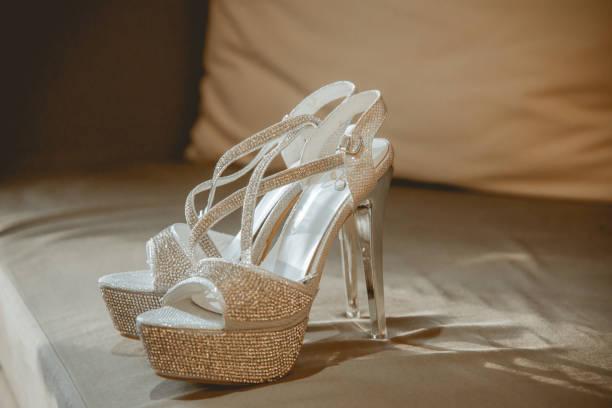 high heels von der braut - glitzer absätze stock-fotos und bilder