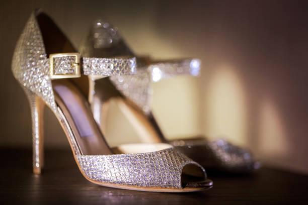 high heels schuhe - goldhochzeitsschuhe stock-fotos und bilder