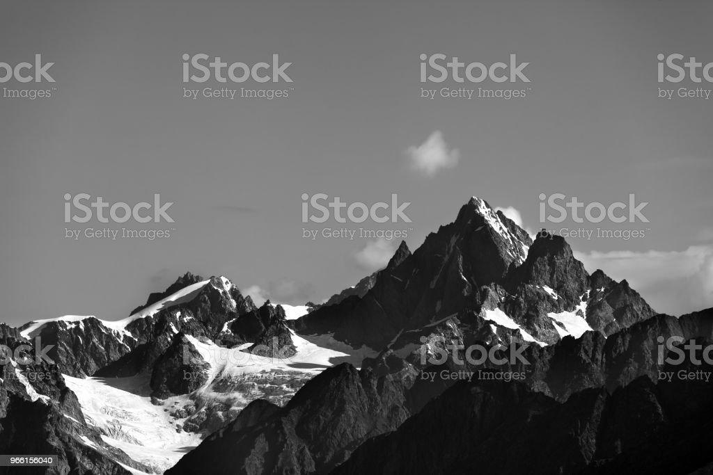 Höga berg med snö på sommaren - Royaltyfri Berg Bildbanksbilder