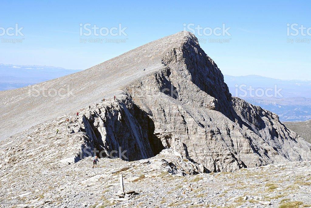 Hohe Gipfel und steil Weg mit Touristen – Foto