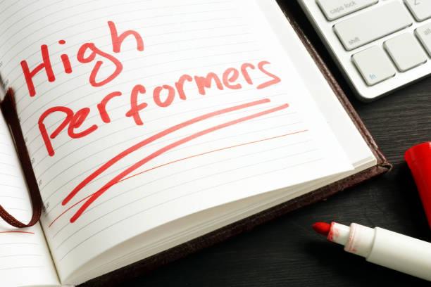 high performer handschriftlich in einer notiz. hr-konzept. - darstellender künstler stock-fotos und bilder
