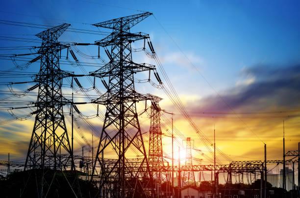 wieża z drutu wysokiego ciśnienia o zachodzie słońca o zmierzchu - elektryczność zdjęcia i obrazy z banku zdjęć